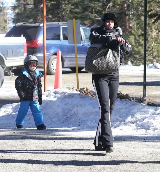 Paula Patton bez makijażu szaleje z synkiem na stoku, grudzień 2014