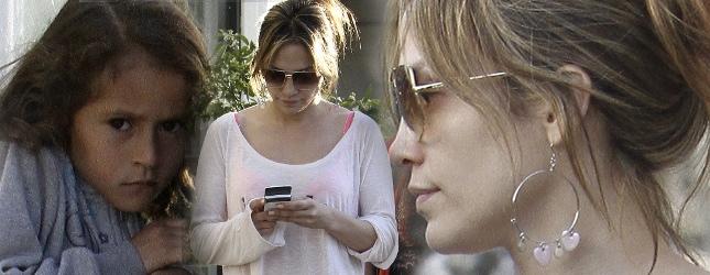 Jennifer Lopez bardziej interesuje telefon niż dzieci (FOTO)