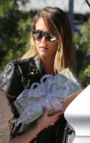 Jessica Alba kupuje niedrogie prezenty w supermarkecie FOTO
