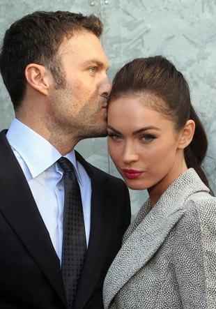 Megan Fox u boku męża (FOTO)