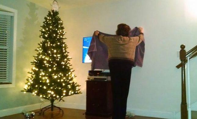Mama zasłoniła ręcznikiem ekran z nagą kobietą (FOTO)