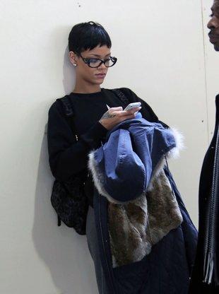 Jak przeciętna dziewczyna – w okularach, z plecakiem (FOTO)