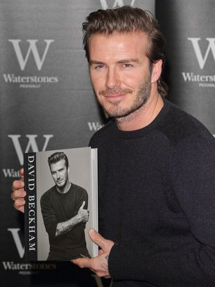 David Beckham robi słodkie minki i rozdaje autografy (FOTO)