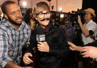 Wąsaty Bieber bawi się w reportera [VIDEO]