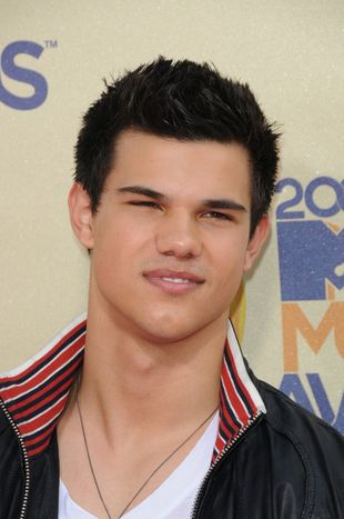 Jak Taylor Lautner mókł w deszczu bez koszuli