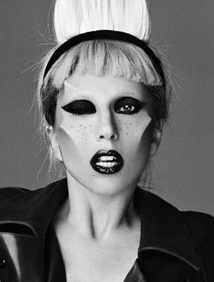 Lady Gaga pokazuje piersi w magazynie ID (FOTO)
