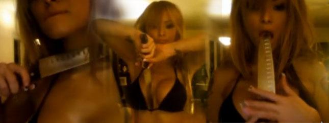 Tila Tequila rozbiera się z nożem w dłoni (VIDEO)