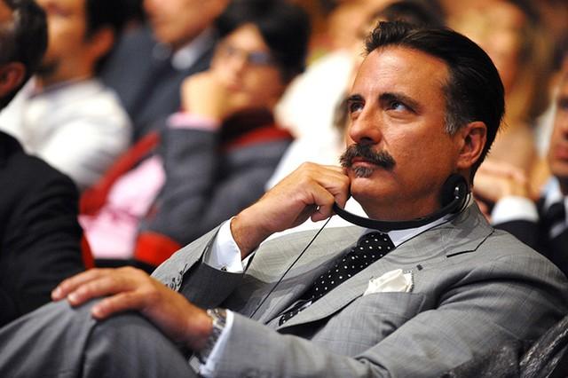 Całkiem przystojny aktor ukrył się za wąsami (FOTO)