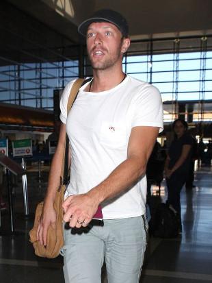 Chris Martin w świetnym nastroju po podróży (FOTO)