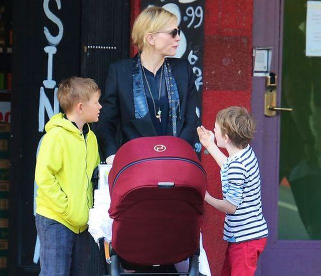 Cate Blanchett na spacerze z synami i córką!