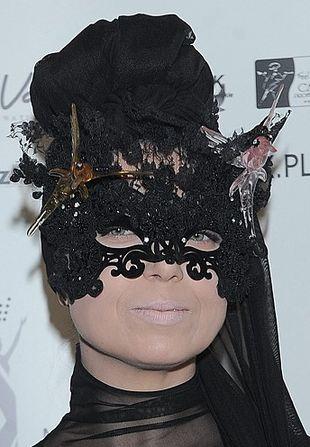 Poznajecie panią zza maski? (FOTO)