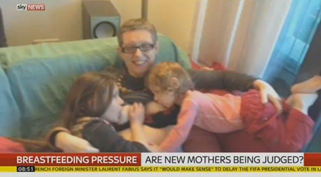 Ta mama karmi piersią 2-letniego syna i 7-letnią córkę