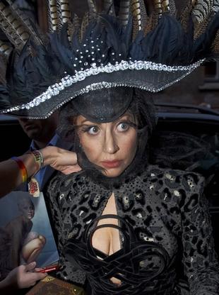 Lady Gaga jak wielki bażant (FOTO)