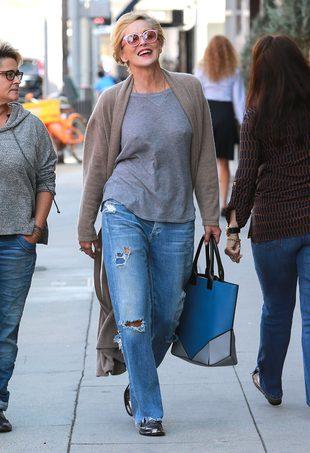 Sharon Stone – po pięćdziesiątce chodzi BEZ BIUSTONOSZA
