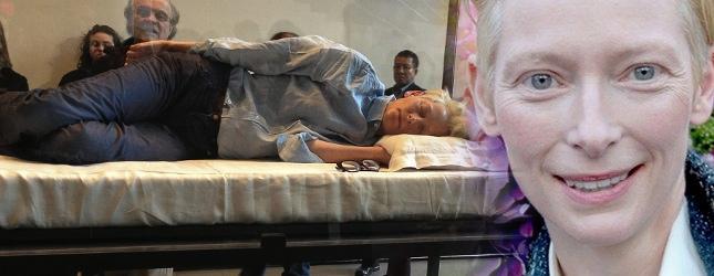 Tilda Swinton śpi w szklanej skrzyni (FOTO)
