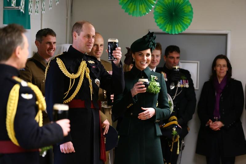 Kate Middleton w butelkowym płaszczu