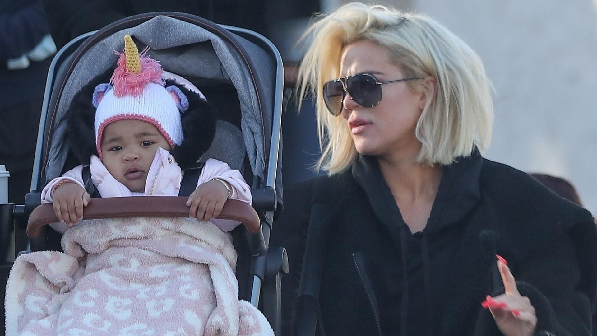 Khloe Kardashian z córką True na spacerze – bez filtrów i pozowania (ZDJĘCIA)