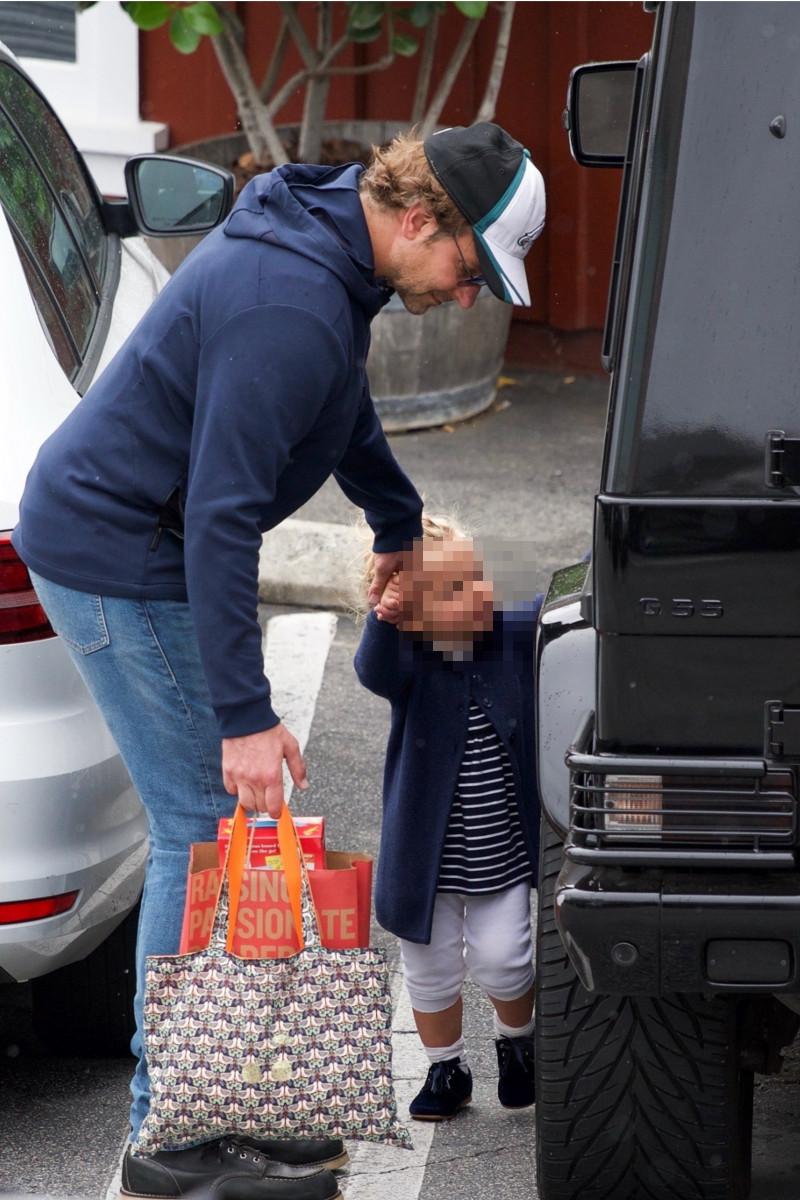 Irina Shayk i Bradley Cooper z córką na zakupach. Wyczuwacie kryzys?