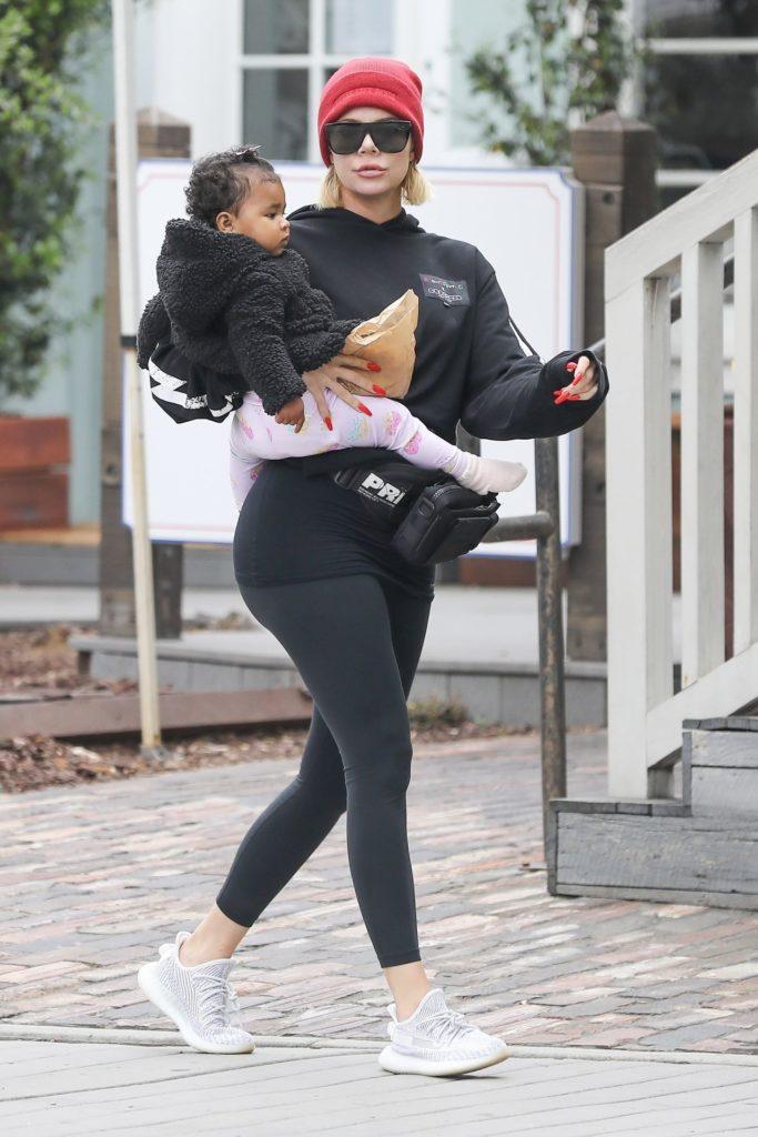 Khloe Kardashian i jej powiększone usta, Khloe z córką True idzie na lunch
