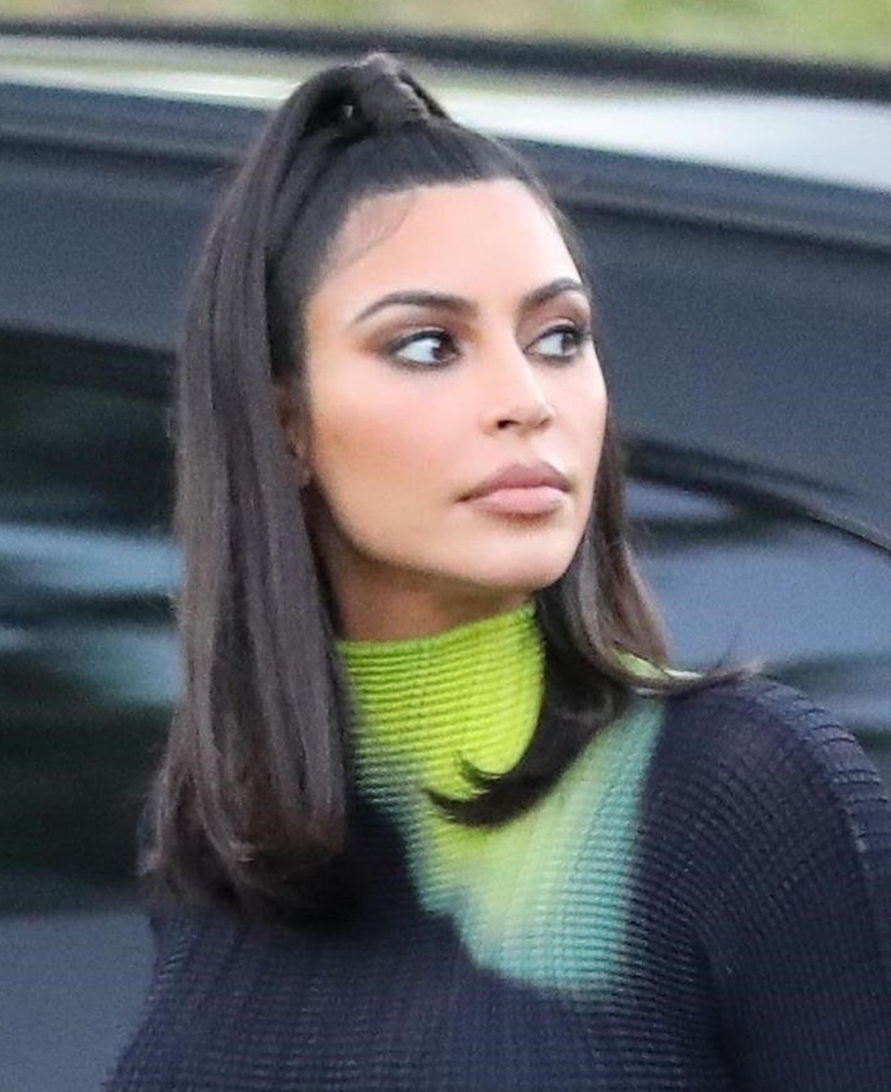 Kim Kardashian w szerokich skórzanych spodniach
