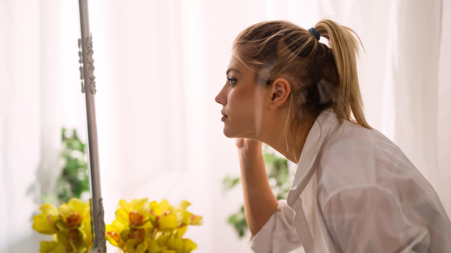 Z tym problemem borykają się nie tylko nastolatki. Jak żyć z cerą trądzikową?