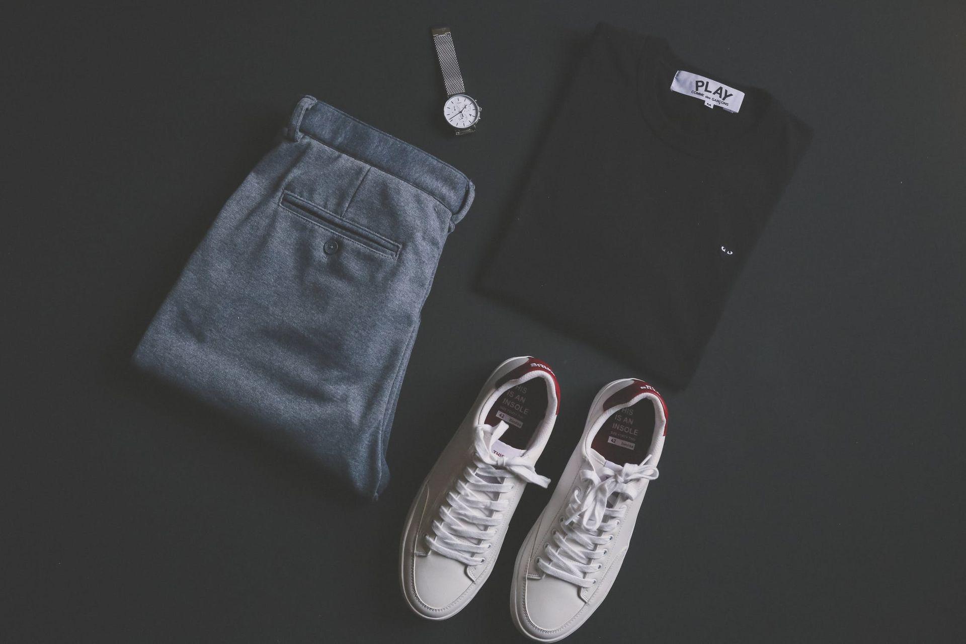 Które spodnie z materiału wybrać – chinosy czy joggery?