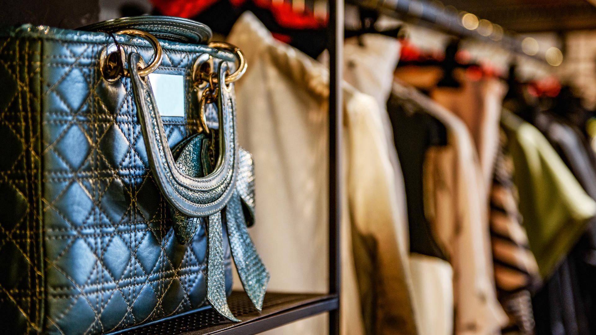 Okulary Balmain, buty Prada, torebka Versace i wiele innych. Wiemy, gdzie kupić je nawet o połowę taniej!