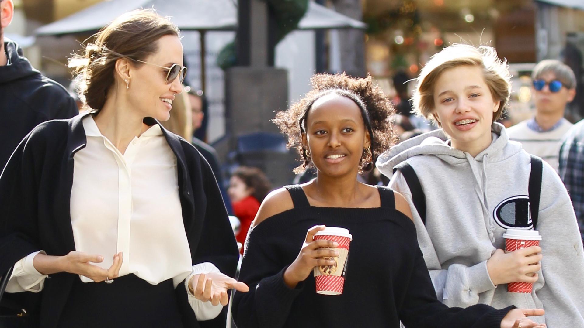 Angelina Jolie na kawie i świątecznych zakupach z najstarszymi córkami (ZDJĘCIA)