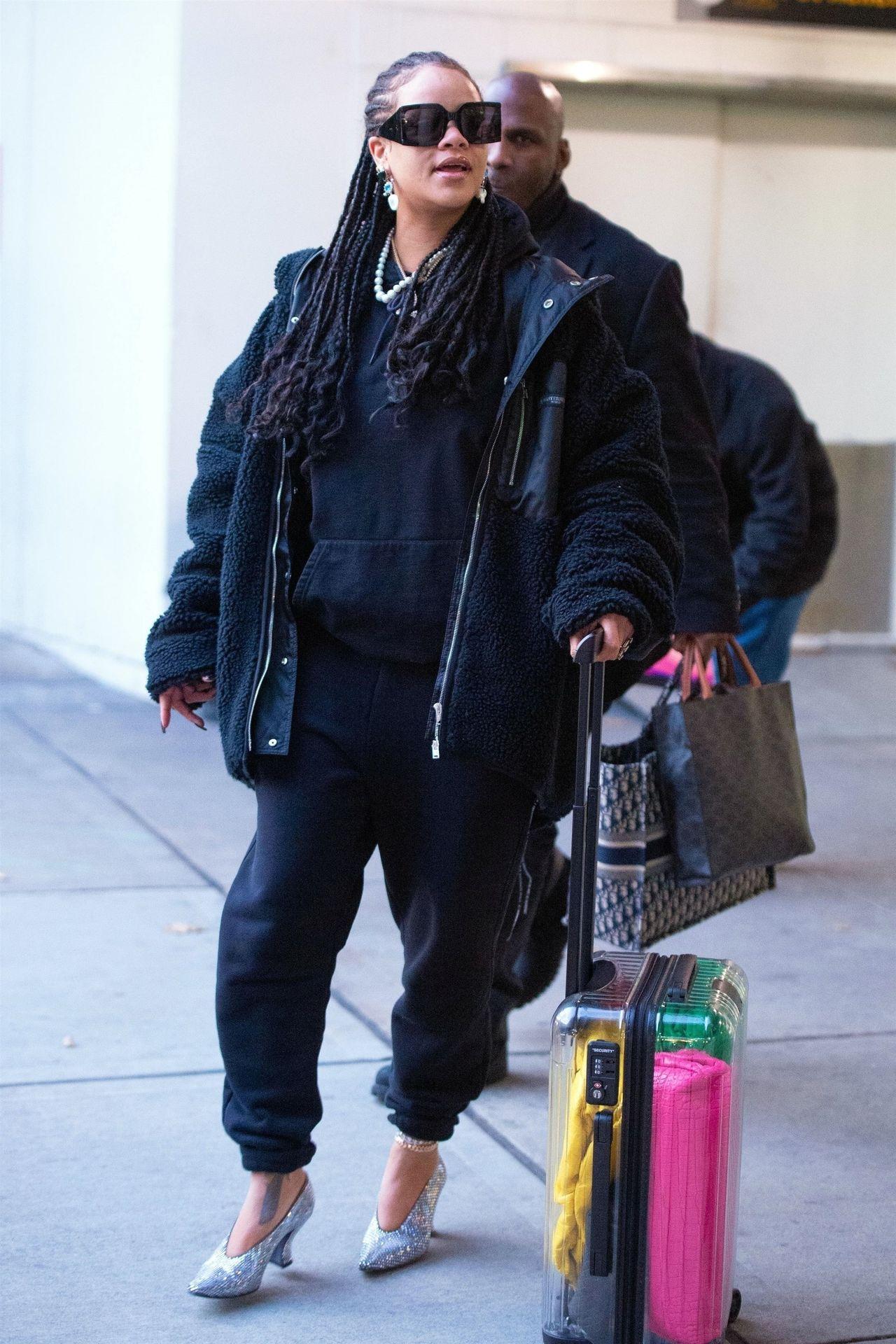 Rihanna w WIELKIM futrze i brokatowych butach – w roli głównej DRESY (ZDJĘCIA)