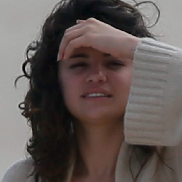 *PREMIUM-EXCLUSIVE* Selena Gomez's paradise getaway turns scary as she gets stung by man o war!
