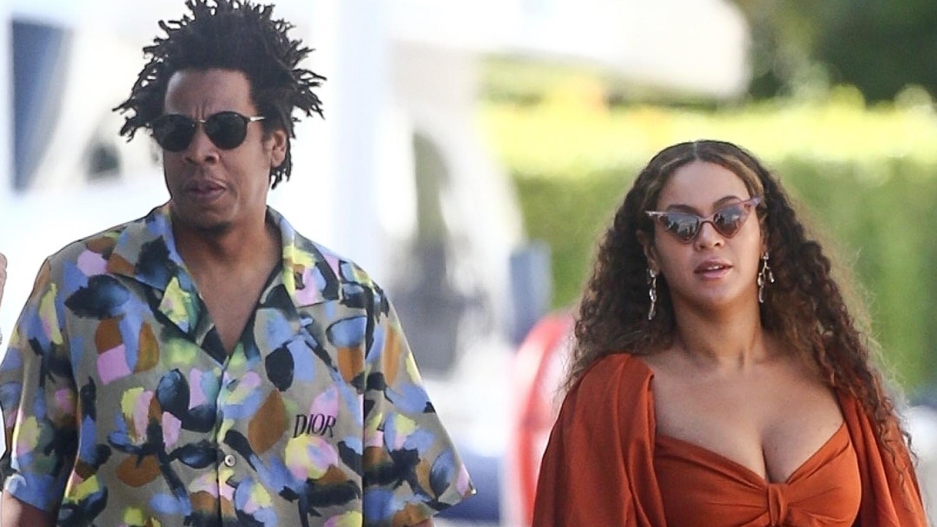 Beyonce i Jay-Z nie wstali podczas HYMNU na Super Bowl. Raper się TŁUMACZY