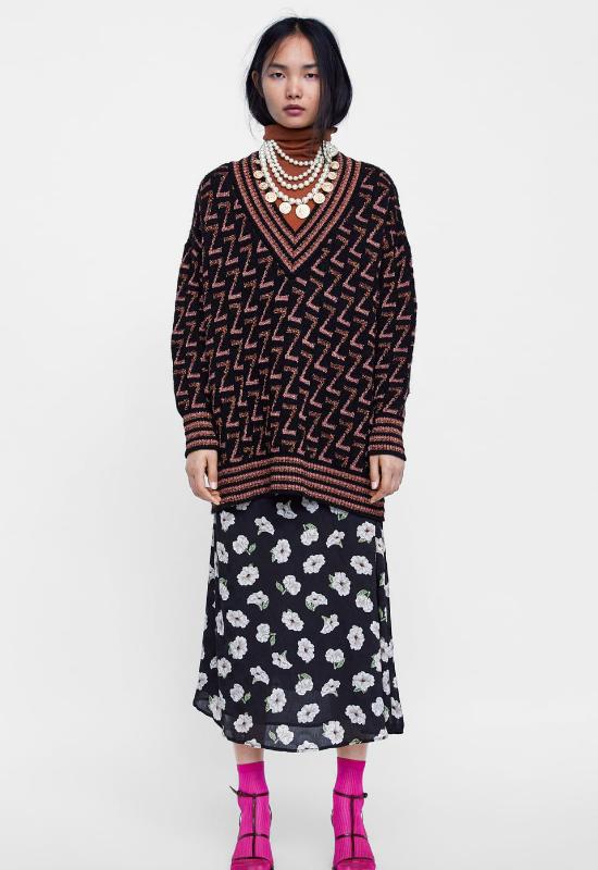 Powraca trend na… babcine swetry! Influencerki je pokochały i chętnie je noszą