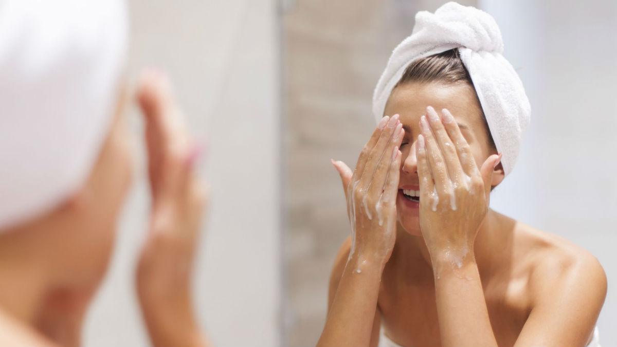 Mycie twarzy – jak oczyszczać, by nie podrażniać. Zacznij robić to poprawnie!