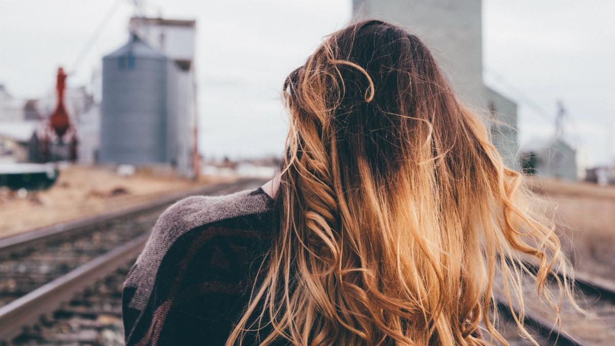 Nieustannie swędzi Cię skóra głowy? Oto powody, dla których może się tak dziać