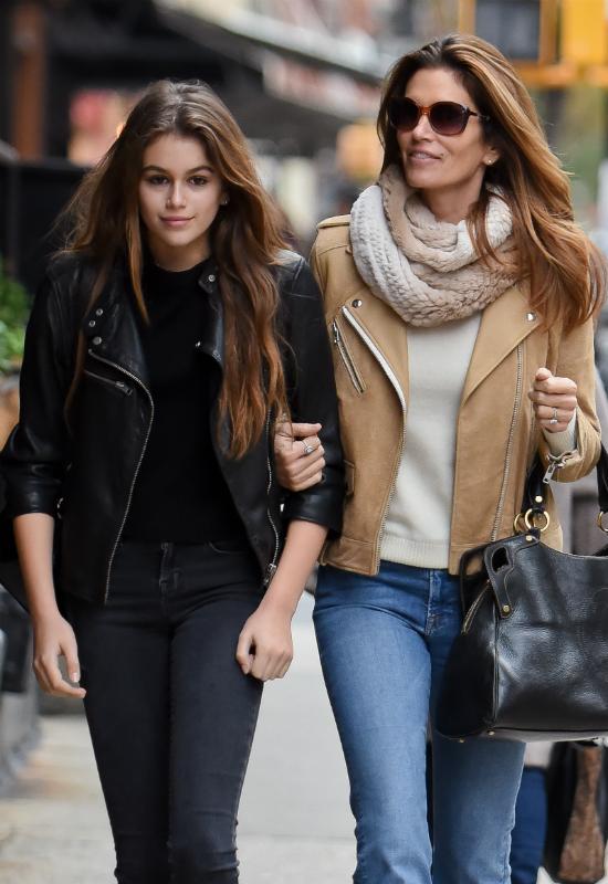 Ups! Podwójna wpadka! Kaia Gerber i Bella Hadid w takich samych spodniach!