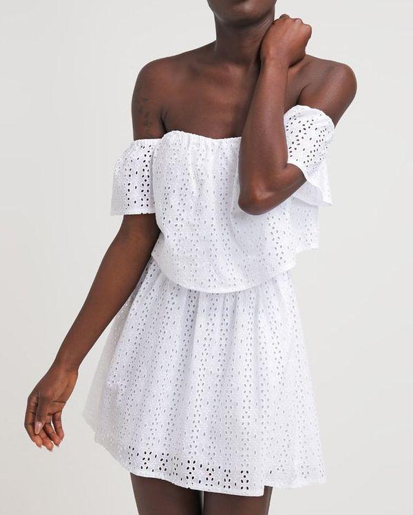 Białe sukienki haftowane – przegląd sieciówek
