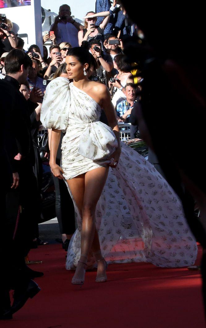 Spektakularna kreacja Kendall Jenner w Cannes i TO…