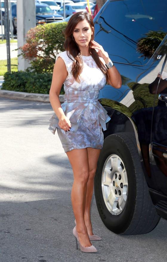 Kim Kardashian w stylizacjach z baskinką w roli głównej